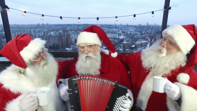 stockvideo's en b-roll-footage met santa's dak partij - driekwartlengte