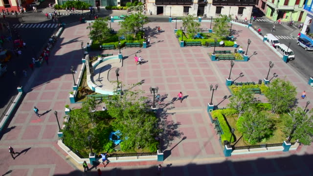 vídeos de stock e filmes b-roll de santiago de cuba, cuba: cespedes park or town square, aerial view of the famous place and tourist attraction in the downtown district of the cuban city - pátio