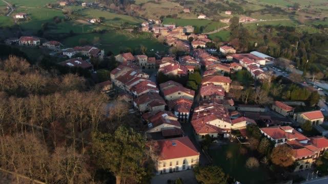 vídeos de stock e filmes b-roll de santillana del mar, cantabria, spain, as seen from above - cidade pequena