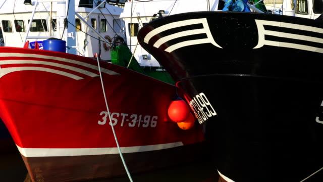vídeos de stock e filmes b-roll de santoña harbour - navio pesqueiro