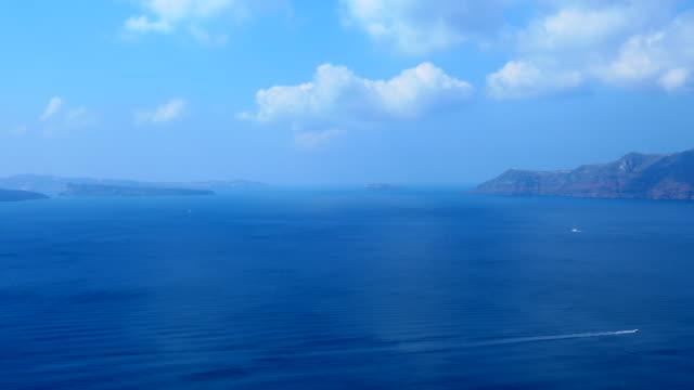 vídeos de stock, filmes e b-roll de ilha vulcânica de santorini em um verão - oia santorini