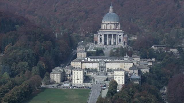 vídeos de stock, filmes e b-roll de santuário fazer oropa-vista aérea-piedmont, província di biella, biella, itália - santuário