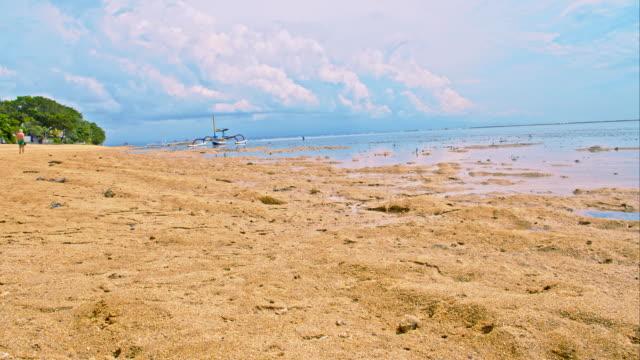 vidéos et rushes de ws ds plage de sanur - image contrastée