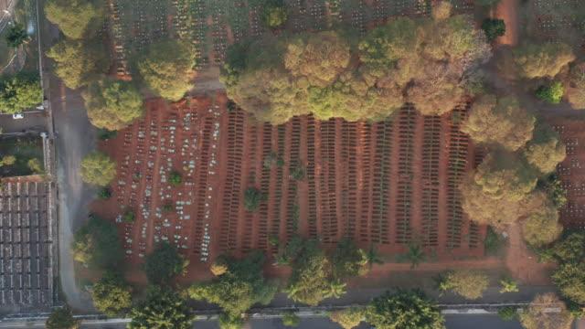 vidéos et rushes de vue aérienne du cimetière de sao paulo pendant la crise de covide-19 - lieu de culte