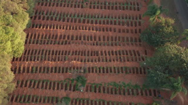vídeos de stock, filmes e b-roll de vista aérea do cemitério de são paulo durante a crise do covid-19 - bali