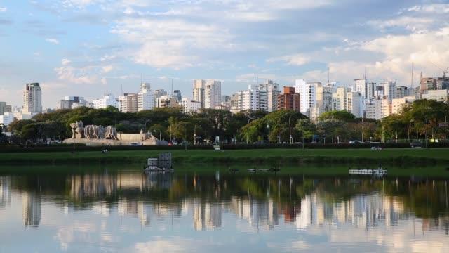 vídeos de stock, filmes e b-roll de sao paulo city from ibirapuera park, brazil - centro da cidade