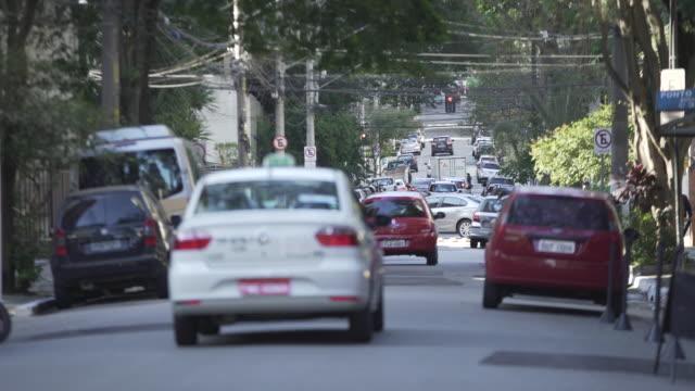 vídeos de stock, filmes e b-roll de sao paulo´s traffic - distrito residencial
