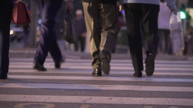vídeos de stock, filmes e b-roll de sao paulo´s traffic - passagem de pedestres