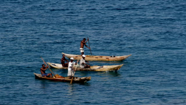 vidéos et rushes de sao tomé and principe, sao tomé island, lagoa azul, fishermen with their traditional boats dug in a single trunk - azul