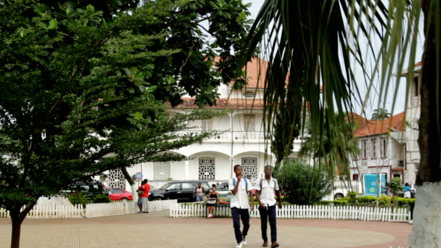 sao tomé and principe, sao tomé island, sao tomé city, the manin square with a colonial building - gemeinsam gehen stock-videos und b-roll-filmmaterial