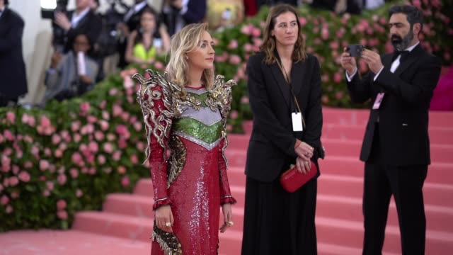 vídeos de stock e filmes b-roll de saoirse ronan at the 2019 met gala celebrating camp: notes on fashion - arrivals at metropolitan museum of art on may 06, 2019 in new york city. - gala