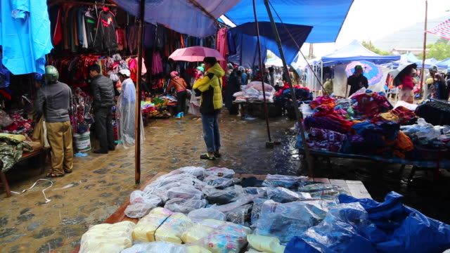 sapa, the famous market among the black h'mong tribes - sa pa stock-videos und b-roll-filmmaterial