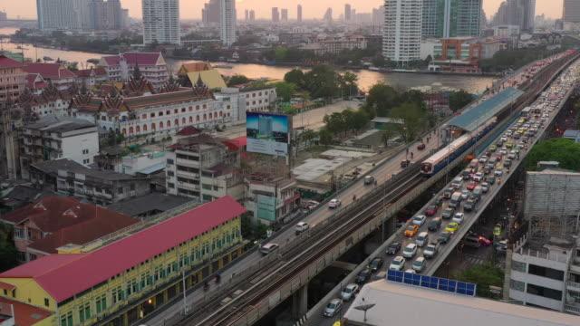 vídeos y material grabado en eventos de stock de saphan taksin bridge in bangrak district, bangkok - tren elevado