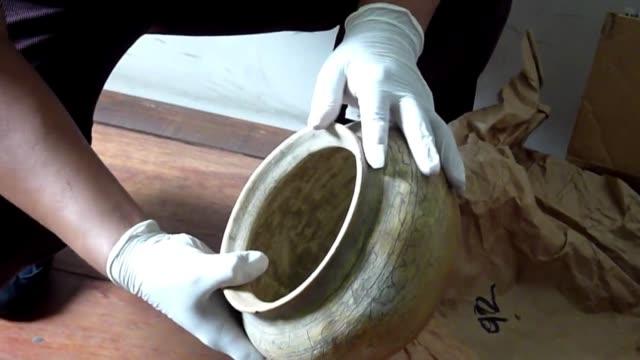 saqueadas confiscadas y ahora exhibidas voiced antiguedades mayas recuperadas on june 13 2012 in guatemala city guatemala - arqueologia stock videos & royalty-free footage