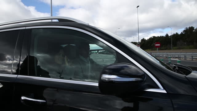 sara carbonero leaves the navarra clinic after receiving medical discharge accompanied by her husband, iker casillas. - サラ カルボネロ点の映像素材/bロール