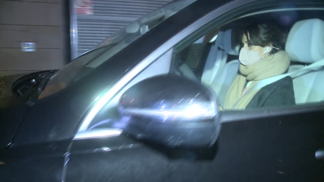 sara carbonero leaves the radio after a day's work and does so by turning a deaf ear to the questions about the possible crisis she is experiencing... - サラ カルボネロ点の映像素材/bロール