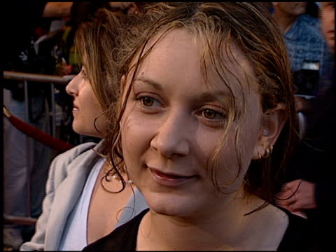sara gilbert at the 'there's something about mary' premiere at the mann village theatre in westwood california on july 9 1998 - レジェンシービレッジシアター点の映像素材/bロール