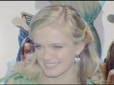 sara paxton and fans at the special new york screening of 'aquamarine' at the clearview chelsea theater in new york, new york on february 24, 2006. - サラ パクストン点の映像素材/bロール