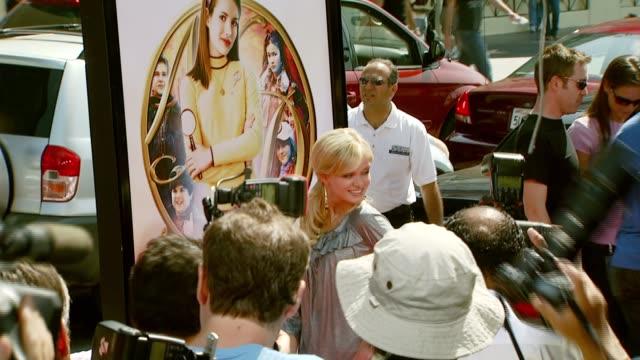 sara paxton at the 'nancy drew' premiere at grauman's chinese theatre in hollywood, california on june 10, 2007. - サラ パクストン点の映像素材/bロール
