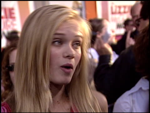 sara paxton at the premiere of 'the lizzie mcguire movie' at the el capitan theatre in hollywood, california on april 26, 2003. - サラ パクストン点の映像素材/bロール