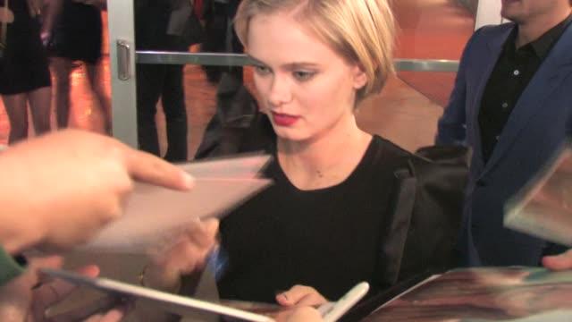 sara paxton leaving arclight in hollywood at the celebrity sightings in los angeles at los angeles ca. - サラ パクストン点の映像素材/bロール