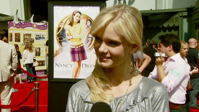 sara paxton on attending the event, being familiar with the nancy drew books, and her favorite thing about them at the 'nancy drew' premiere at... - サラ パクストン点の映像素材/bロール