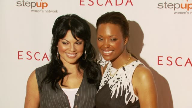 stockvideo's en b-roll-footage met sara ramirez and aisha tyler at the step up women's network inspiration awards at the beverly wilshire hotel in beverly hills california on april 20... - women's image network awards