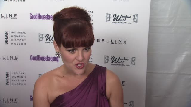 sara rue talks about what bought her out tonight her mom being the woman who inspires her the most why the first national women's history museum in... - sara rue bildbanksvideor och videomaterial från bakom kulisserna