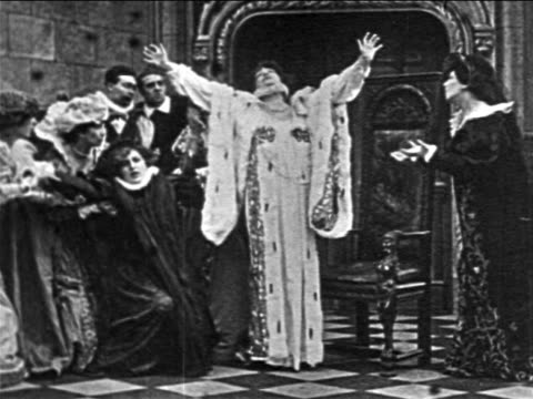 vidéos et rushes de sarah bernhardt as queen elizabeth acting melodramatic + fainting into throne / film - stéréotype de la classe supérieure