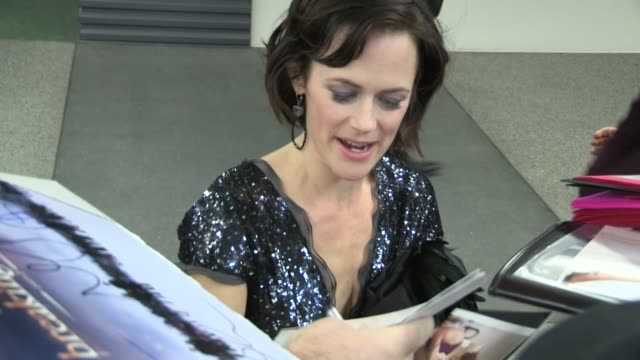 sarah clarke greets fans while arriving at the twilight breaking dawn 2 after party in los angeles, 11/12/12 - 女優 サラ クラーク点の映像素材/bロール