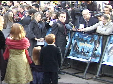 sarah, duchess of york & daughters princess beatrice & eugenie down crowded walkway at leicester square, fans & press behind barricades bg, talking... - ヨーク公爵夫人点の映像素材/bロール