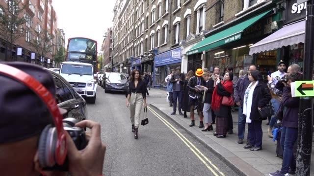 vidéos et rushes de sarah ellen wears a black shirt gray pants black shoes a vuitton bag outside topshop during london fashion week september 2017 on september 17 2017... - semaine de la mode de londres