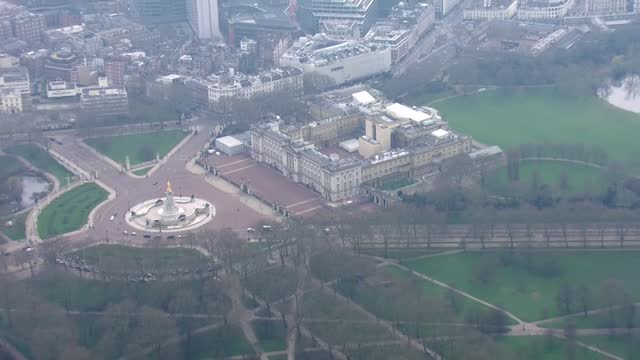 sarah everard missing: aerials of search in clapham / buckingham palace; england: london: ext aerials buckingham palace, victoria memorial and gates - 王室点の映像素材/bロール