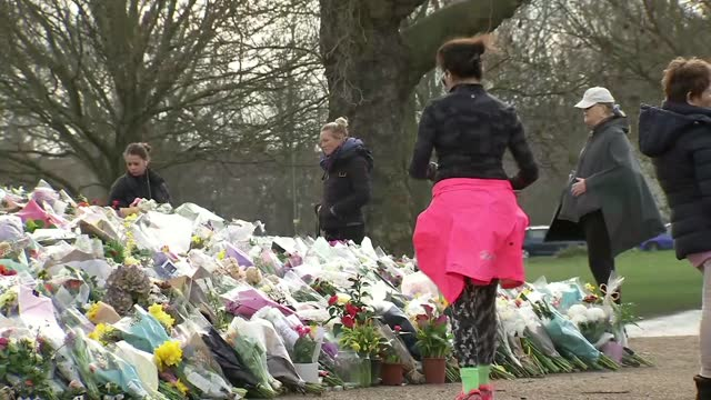 clapham common memorial; england: london: clapham common: ext people looking at memorial to sarah everard around bandstand, paying respects and... - crime and murder stock-videos und b-roll-filmmaterial
