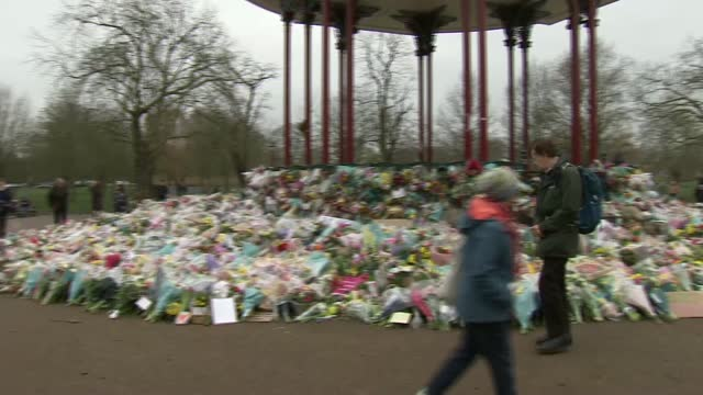 clapham common memorial; england: london: clapham common: ext various of memorial to sarah everard around bandstand, including flowers, signs and... - crime and murder stock-videos und b-roll-filmmaterial