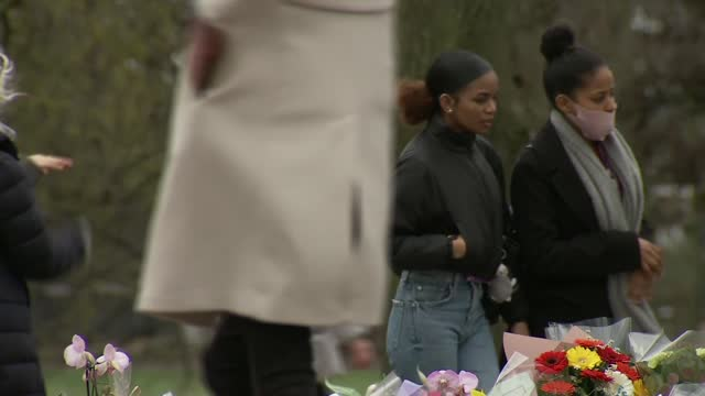 clapham common memorial; england: london: clapham common: ext **warning bad language** people looking at memorial to sarah everard around bandstand,... - crime and murder stock-videos und b-roll-filmmaterial