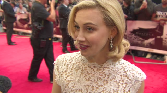 stockvideo's en b-roll-footage met sarah gadon on this version of dracula, comparing luke evans to robert pattinson and the appeal of the film at 'dracula untold' uk premiere at odeon... - graaf dracula