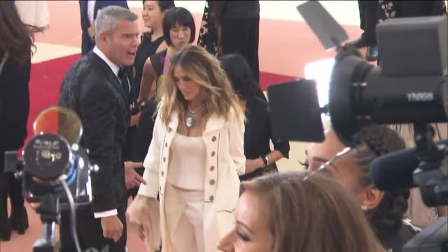stockvideo's en b-roll-footage met wpix sarah jessica and parker andy cohen arrives at the metropolitan museum of art's costume institute gala on may 2 2016 - sarah jessica parker