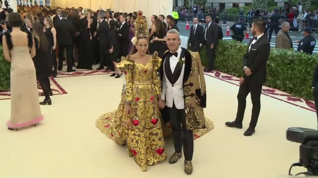 stockvideo's en b-roll-footage met sarah jessica parker and andy cohen at heavenly bodies fashion the catholic imagination costume institute gala at the metropolitan museum of art on... - sarah jessica parker