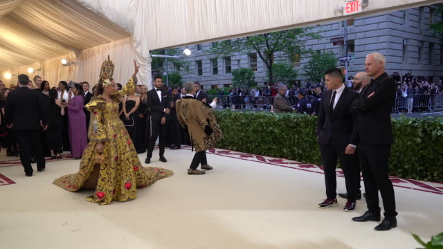 vídeos de stock, filmes e b-roll de sarah jessica parker and andy cohen at heavenly bodies fashion the catholic imagination costume institute gala alternative views at the metropolitan... - sarah jessica parker