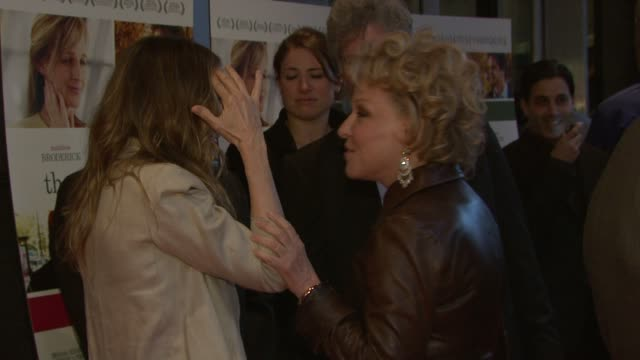 vidéos et rushes de sarah jessica parker and bette midler at the new york premiere of then she found me at the amc lincoln square theater in new york new york on april... - bette midler
