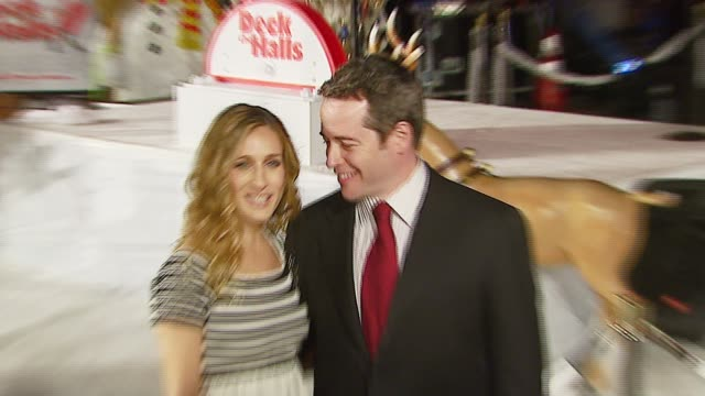 vidéos et rushes de sarah jessica parker and matthew broderick at the 20th century fox's 'deck the halls' world premiere at grauman's chinese theatre in hollywood,... - matthew broderick