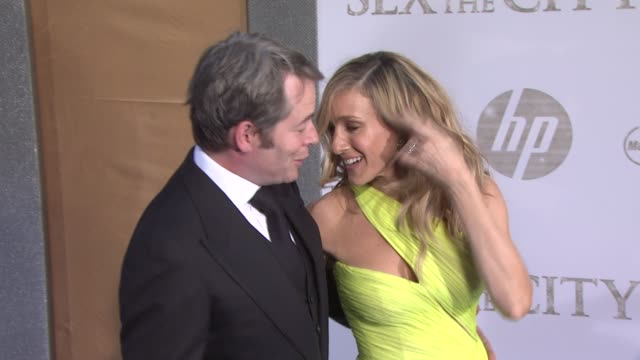 stockvideo's en b-roll-footage met sarah jessica parker and matthew broderick at the 'sex and the city 2' new york premiere arrivals at new york ny - sarah jessica parker