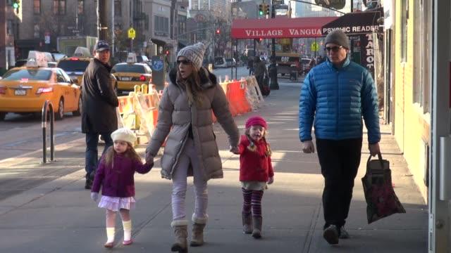 vidéos et rushes de sarah jessica parker and matthew broderick with family. sarah jessica parker and matthew broderick with fa on december 14, 2012 in new york, new york - matthew broderick