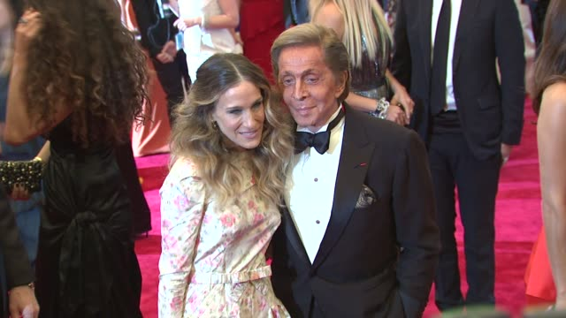 stockvideo's en b-roll-footage met sarah jessica parker and valentino garavani at schiaparelli and prada impossible conversations costume institute gala at metropolitan museum of art... - sarah jessica parker