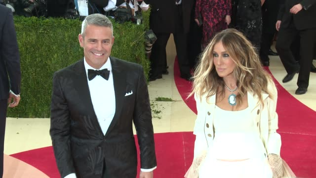 stockvideo's en b-roll-footage met sarah jessica parker andy cohen at manus x machina fashion in an age of technology costume institute benefit gala arrivals at metropolitan museum of... - sarah jessica parker