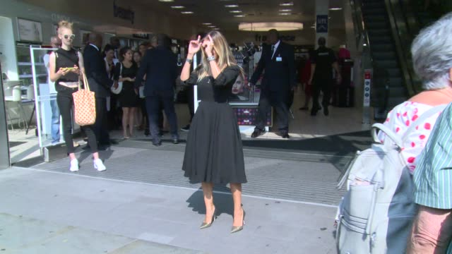stockvideo's en b-roll-footage met sarah jessica parker at boots the chemist on september 14 2016 in london england - sarah jessica parker