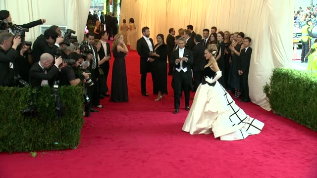 """sarah jessica parker at """"charles james: beyond fashion"""" costume institute gala - arrivals at the metropolitan museum on may 05, 2014 in new york city. - サラ・ジェシカ・パーカー点の映像素材/bロール"""