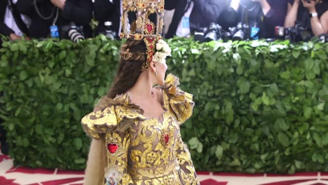 stockvideo's en b-roll-footage met fashion the catholic imagination costume institute gala at the metropolitan museum of art on may 07 2018 in new york city - sarah jessica parker