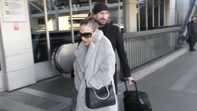 vídeos de stock, filmes e b-roll de sarah jessica parker at lax airport in los angeles in celebrity sightings in los angeles - sarah jessica parker